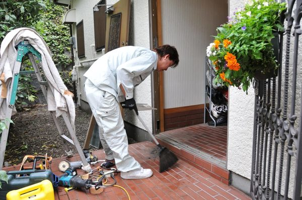 玄関タイルの洗浄方法とは?特に汚れやすい玄関タイルを洗浄する手順をご紹介