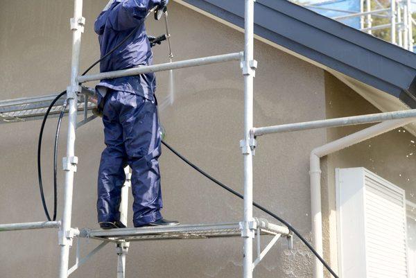 家の見た目を美しく保つ外壁洗浄とは?自分でもできる? 業者に頼む?